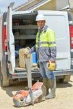 有盔甲近的运转的搬运车的工作者 免版税库存照片