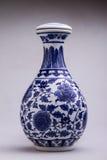 有盖子形象的蓝色和白色牡丹样式花瓶 库存照片