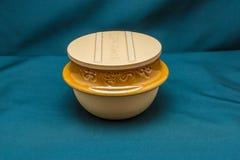 有盖子的日本黏土碗在正面图 库存图片