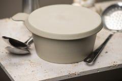 有盖子的米黄平底的汤碗 图库摄影