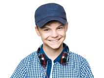 有盖帽和耳机的青少年的男孩 图库摄影