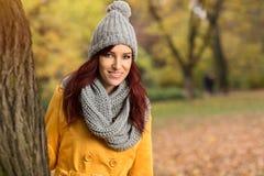 有盖帽和围巾的妇女 免版税库存照片