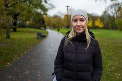 有盖帽的白肤金发的女孩在Kranichstein,德国 免版税库存图片