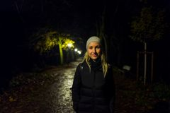 有盖帽的白肤金发的女孩在Kranichstein,德国 免版税库存照片