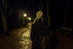 有盖帽的白肤金发的女孩在Kranichstein,德国 库存图片