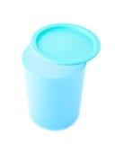 有盖帽的蓝色塑料烧杯杯子 图库摄影