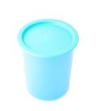 有盖帽的蓝色塑料烧杯杯子 免版税图库摄影