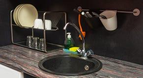 有盘和水槽的一个接近的厨房 库存图片