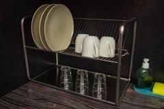 有盘和水槽的一个接近的厨房 免版税库存照片