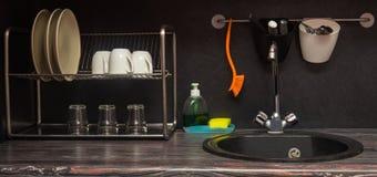 有盘和水槽的一个接近的厨房 免版税库存图片