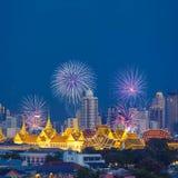有盛大宫殿和曼谷市的美丽的烟花在背景中 图库摄影