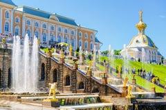 有盛大小瀑布的Peterhof宫殿在圣彼得堡,俄罗斯 库存照片