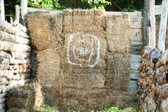 有目标圈子的干草堆 库存照片