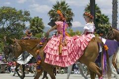 有相当西班牙礼服的两个女孩在营业日期间游行下降状态街道,圣塔巴巴拉,加州,老西班牙天节日, 8月 图库摄影
