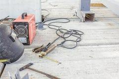 有盾的焊接器材和焊工火炬点燃,必要的工具 库存照片