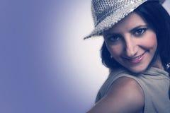 有看发光的帽子的妇女斜向一边 免版税图库摄影