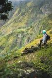 有看在与山土坎的农村风景的背包的游人在道路对Xo-Xo谷 圣安唐岛 免版税库存照片