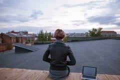 有看在天空的膝上型计算机的自由职业者 免版税图库摄影