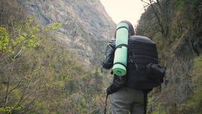 有看在小山和山河湖,女孩的背包的夫人徒步旅行者享受在旅行的自然全景风景 股票录像