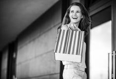 有看在警察的购物袋的微笑的少妇 库存照片