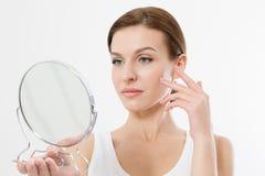 有看在镜子的白色牙的微笑的年轻女人隔绝在白色背景 护肤和防皱概念 beauvoir 免版税库存图片