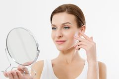 有看在镜子的白色牙的微笑的年轻女人隔绝在白色背景 护肤和防皱概念 beauvoir 库存照片