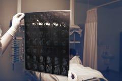 有看在CT图象和力的女性医生的医房 免版税库存图片