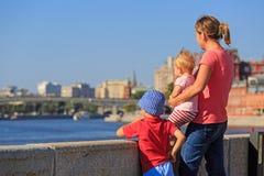 有看夏天城市的孩子的母亲 免版税库存照片