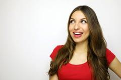 有看对在白色背景的边的红色T恤杉的微笑的少妇 复制空间 免版税图库摄影
