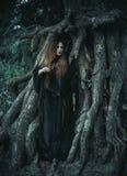 有看对边的长的头发的一个少妇站立在roo 库存照片