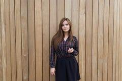 有看您的时髦看起来的华美的行家女孩,当站立在拷贝空白区背景时 图库摄影