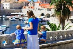 有看杜布罗夫尼克,克罗地亚的两个孩子的母亲 免版税库存照片