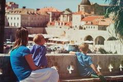 有看杜布罗夫尼克,克罗地亚的两个孩子的母亲 库存图片