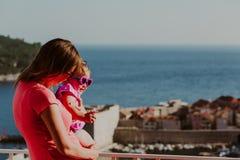 有看杜布罗夫尼克,克罗地亚的两个孩子的母亲 免版税图库摄影
