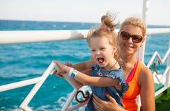 有看海的母亲的小女孩 免版税库存照片