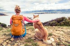 有看海的狗的妇女远足者 免版税库存图片