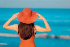 有看海的Sunhat的夏天妇女 免版税库存照片