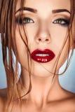 有看照相机的湿头发的美丽的成人女孩 免版税库存照片