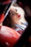 有看照相机的红色嘴唇的美丽的肉欲的少妇 免版税库存图片