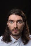 有看照相机的胡子和长的头发的人 免版税库存照片