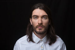 有看照相机的胡子和长的头发的人 免版税库存图片