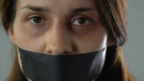 有看照相机,人的交易的受害者的录音的嘴的绝望妇女 股票录像