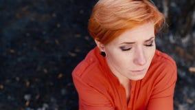 有看照相机,画象的一张哀伤的面孔的红发妇女 概念:需要帮助,寂寞,消沉,附庸 影视素材