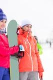 有看的雪板的美丽的少妇  免版税库存照片