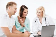 有看膝上型计算机的患者的医生 免版税库存照片
