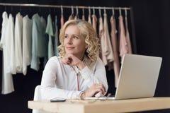 有看起来的膝上型计算机的体贴的女实业家去,当工作时 免版税图库摄影