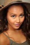 有看透镜的一伟大的棕褐色的俏丽的女孩 免版税图库摄影
