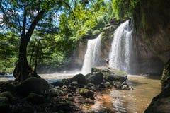 有看风景瀑布的背包的人在泰国 库存照片