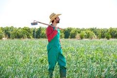 有看他的领域的锄的农夫人 免版税库存照片