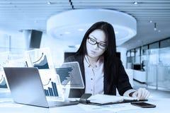 有真正图表的女性企业家 免版税库存图片